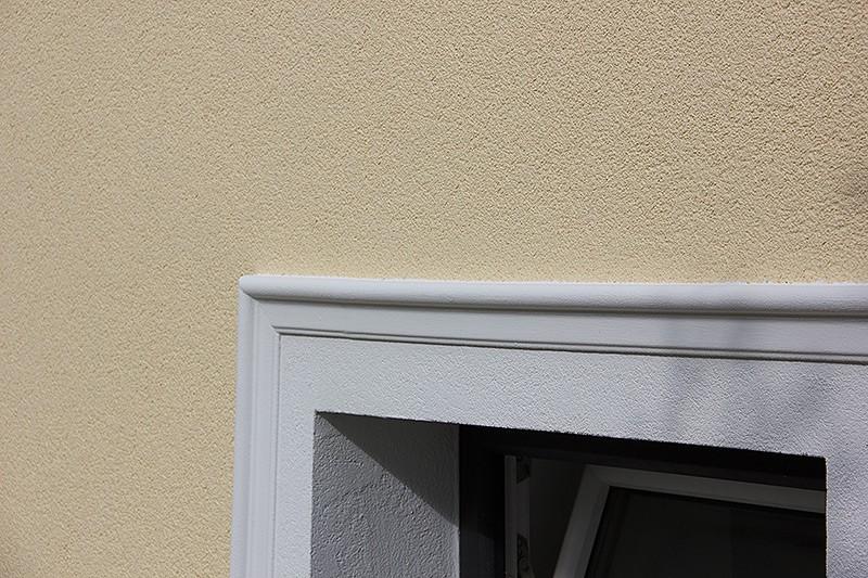 Ordentlich ausgeführte Trennung zwischen Farben und Strukturen an der Fassade.